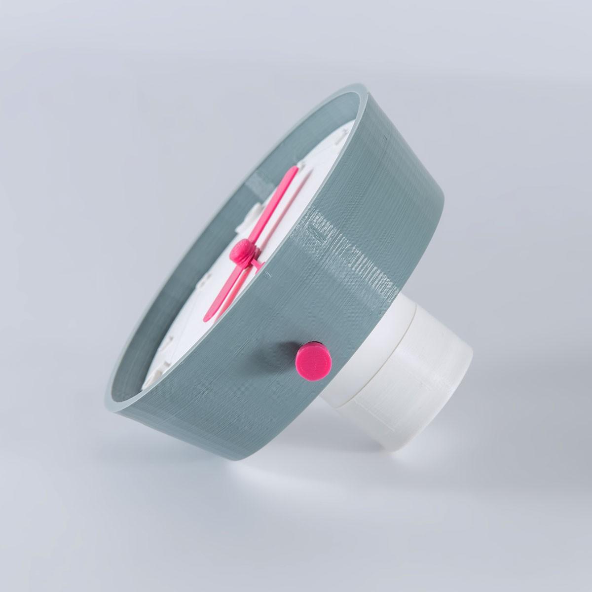 Time goes around - Brignetti Longoni Design Studio - Sveglia, tavolo, orologio, essenziale, fluidità, tempo, basculante, muoversi, movimento, ruotare, comodino, retrò, vintage, ambiente, design, pigri, ritardo, progetto, riuso, ambiente, rispetto, filamenti, bobina, eumakers, eumakeit, pla, bio, oggetto, riciclo, progetto, modello 3d, prototipo.