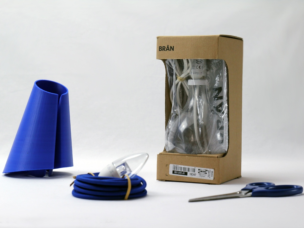 Omega - Brignetti Longoni Design Studio - Oggetti, hacker, modifiche, Ikea, base, lampada, vetro, paralume, stampa 3D, autoproduzione, cavo, tessuto, elettrico, luce, comodino, tavolo, illuminazione, design, restyling, prodotto, design.